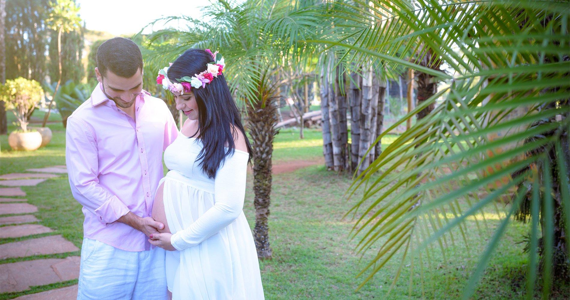 book de gestante em local arborizado de brasilia, casal