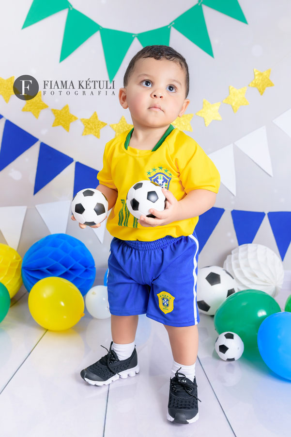 Ensaio copa uniforme brasil futebol estudio com cenario em brasilia