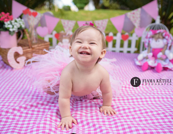 Ensaio de bebê com cenário rosa em Brasília