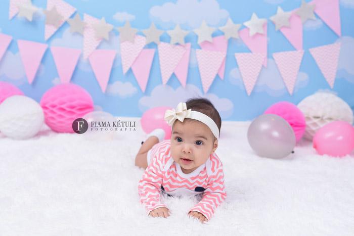 Foto de bebê em estúdio. Acompanhamento de 6 meses de menina em cenário fotográfico