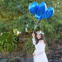 Ensaio de gestante em Brasília com grávida segurando balões de coração