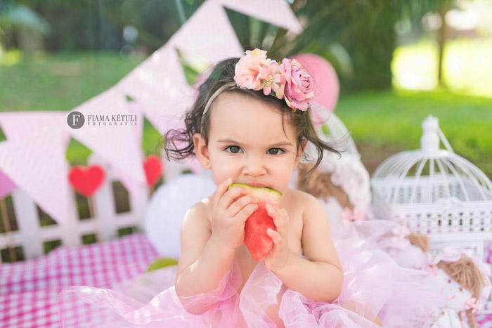 Ensaio de bebe esmagando frutas em Núcleo bandeirante