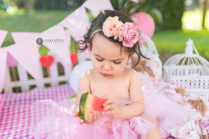 Ensaio profissional em brasília de bebê comendo frutas