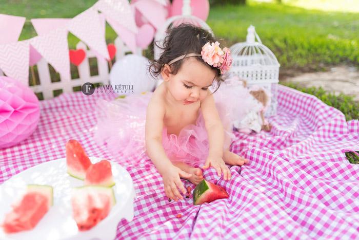 Ensaio de bebê com frutas comemorando 1 ano