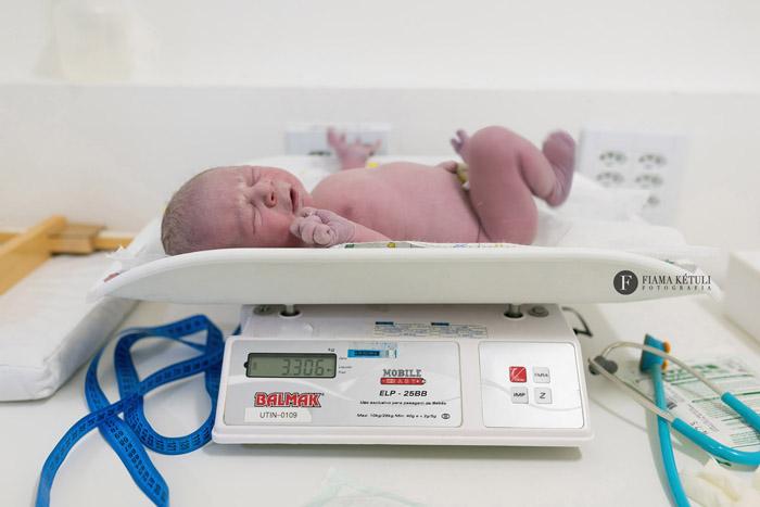 Primeira pesagem do bebê ao nascer - Fotografia de parto