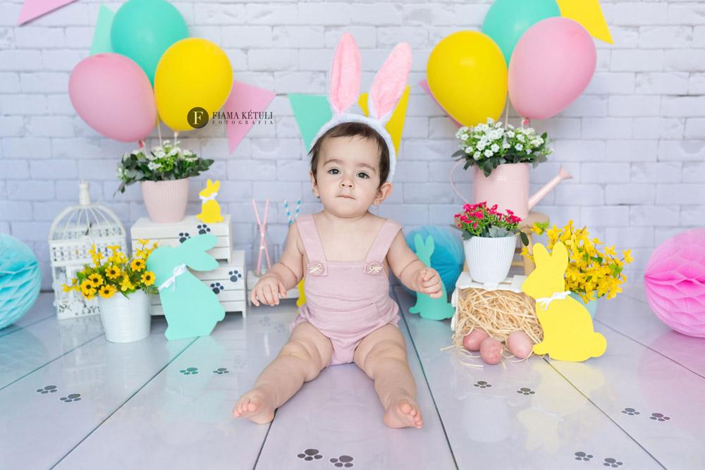 Ensaio profissional para bebês com cenário temático de páscoa