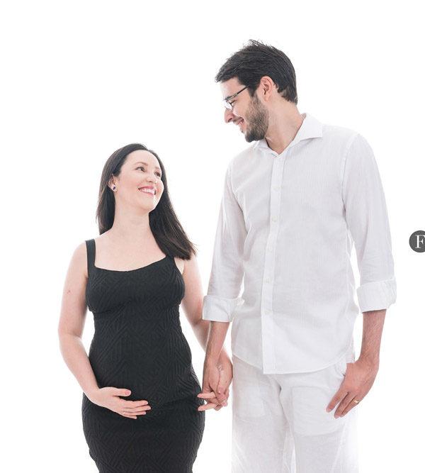 Ensaio de gestante em estúdio com marido em fundo branco