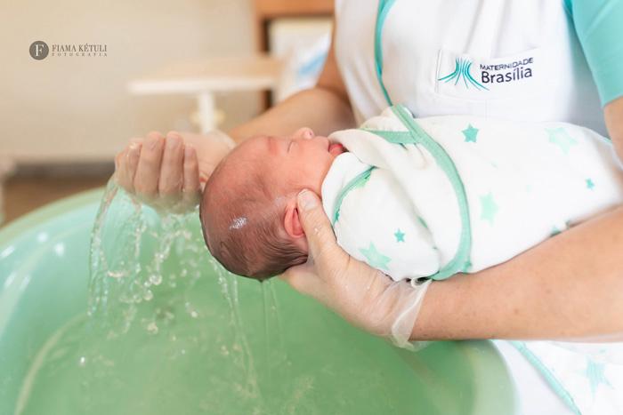 Fotógrafo regista o primeiro banho do bebê