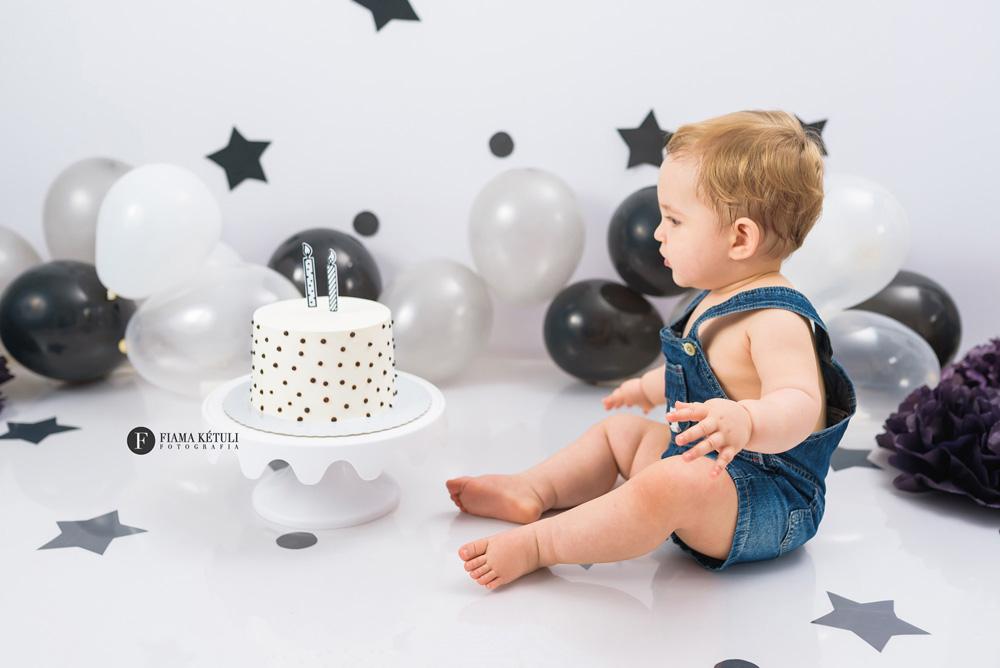 Ensaio de bebê com bolo em Brasilia - Smash the cake para menino com fundo branco e estrelas
