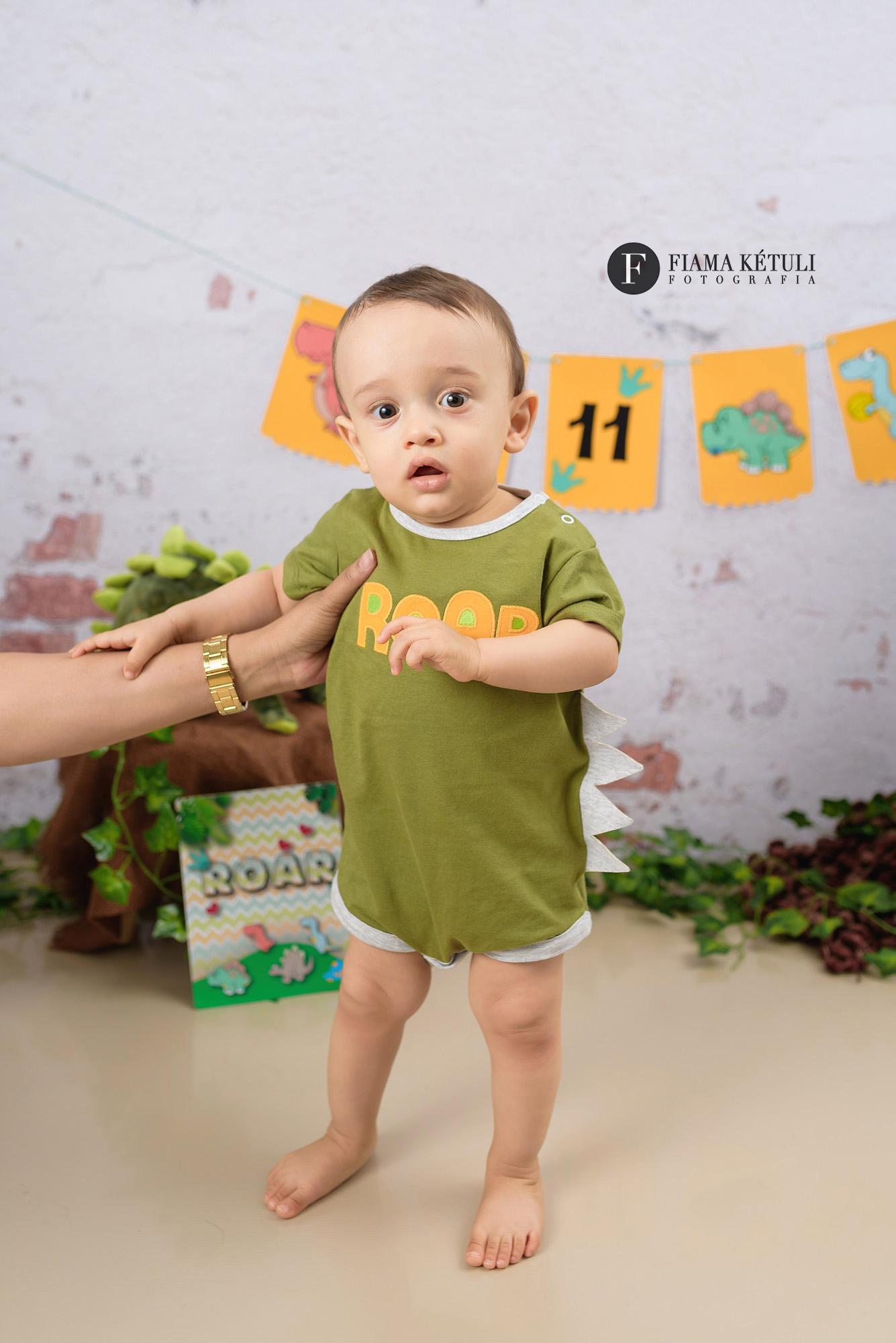 Ensaio de bebê em estúdio tema Dinossauro