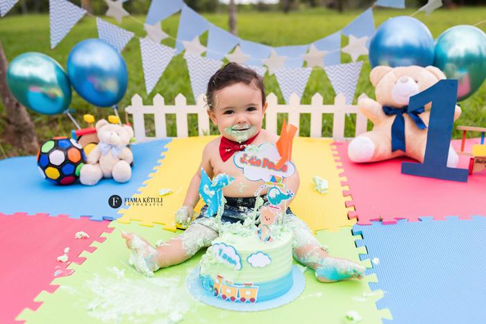 Ensaio de bebê comendo bolo em Brasília