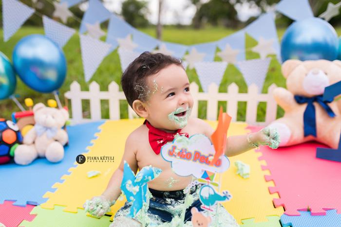 Ensaio de bebê destruindo o bolo em Brasília