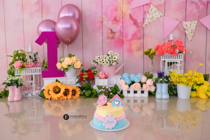 Fotógrafa para ensaio de bebê com bolo com cenário no tema Jardim Encantado